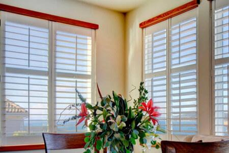 Żaluzje drewniane w oknach białe
